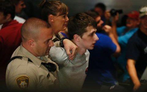 101079425_Police_remove_a_protestor_as_Republican_presidential_candidate_Donald_Trump_speaks_at_the-medium_trans++APPIKi2tMUih-wWAwWkvQxErCe86pln-3ul73Lpypc0